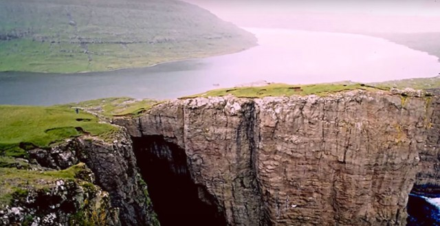 This Lake Seems To Overlook The Faroe Islands In Arctic Ocean ...But This Is Due To An Incredible Optical Illusion!--11