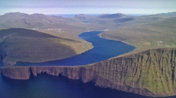 This Lake Seems To Overlook The Faroe Islands In Arctic Ocean ...But This Is Due To An Incredible Optical Illusion!--4