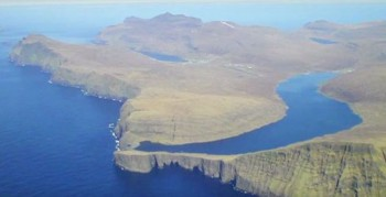 This Lake Seems To Overlook The Faroe Islands In Arctic Ocean ...But This Is Due To An Incredible Optical Illusion!--8